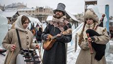 Участники анимационной программы, одетые в праздничные костюмы, с музыкальными инструментами во время открытия фестиваля Московская масленица на Манежной площади. Архивное фото