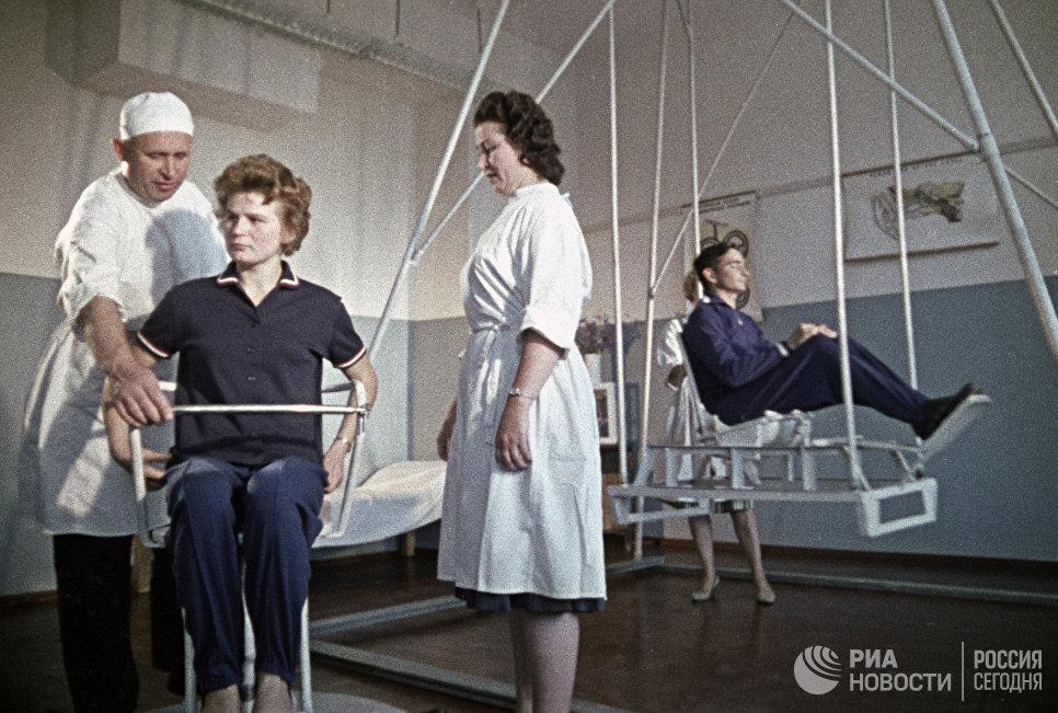 Летчики-космонавты Валентина Терешкова и Валерий Быковский на тренировке