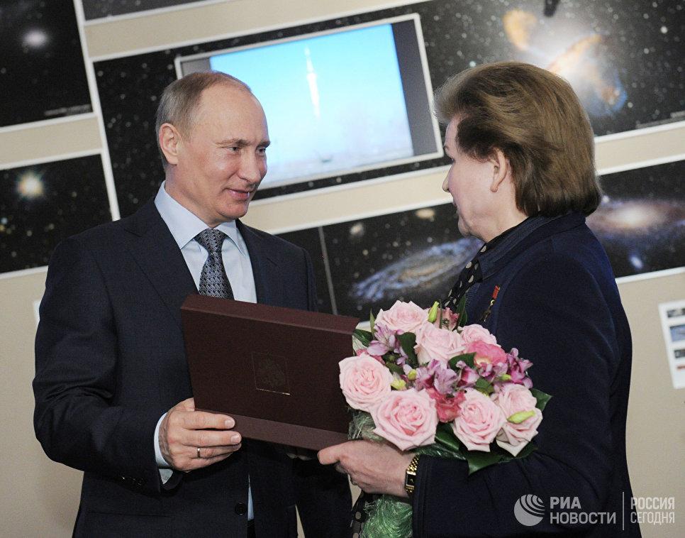 Владимир Путин вручает премию правительства России имени Ю.А.Гагарина Валентине Терешковой во время посещения Московского планетария в День космонавтики