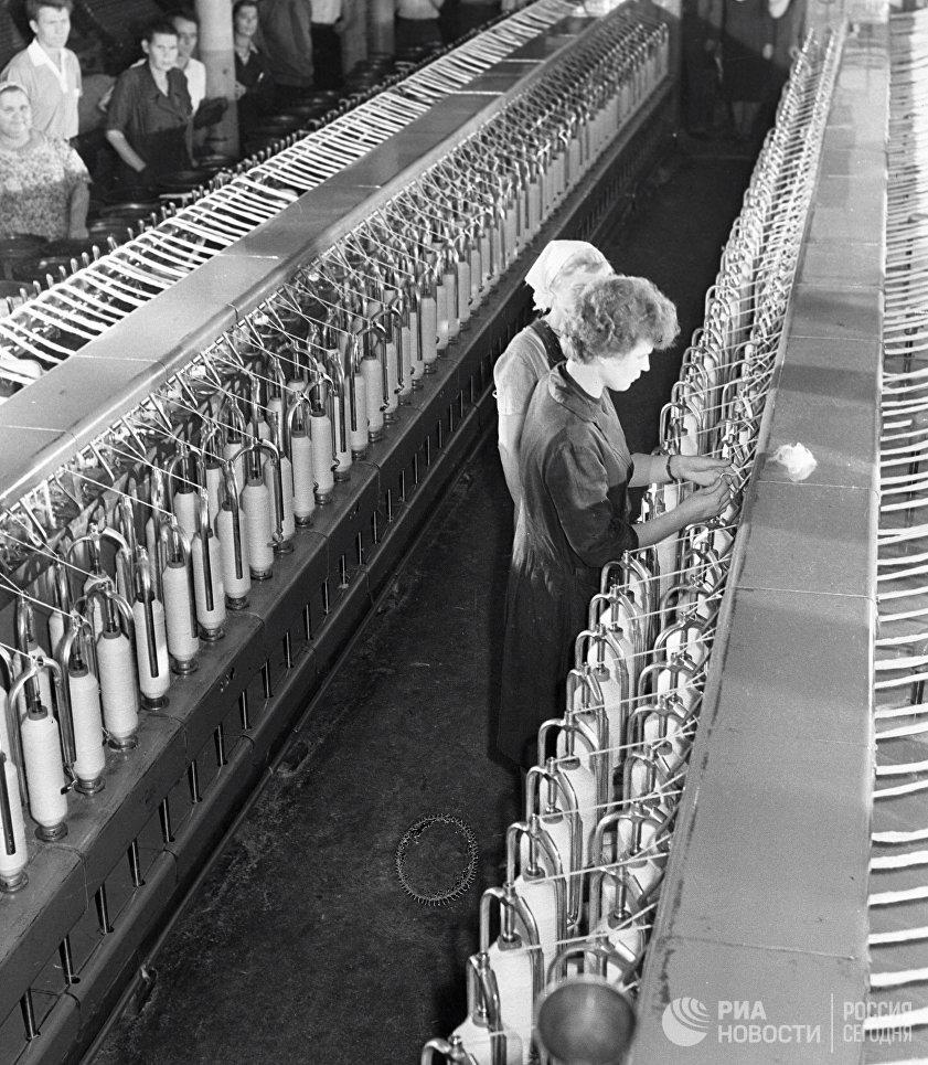 Валентина Терешкова на текстильном комбинате Красный перекоп, где она работала ткачихой до полета в космос