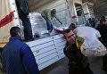 Разгрузка машин 43-го гуманитарного конвоя на складе в Донецке