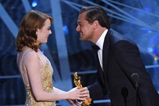 Леонардо Ди Каприо вручает Оскар актрисе Эмме Стоун за лучшую женскую роль в фильме Ла Ла Ленд
