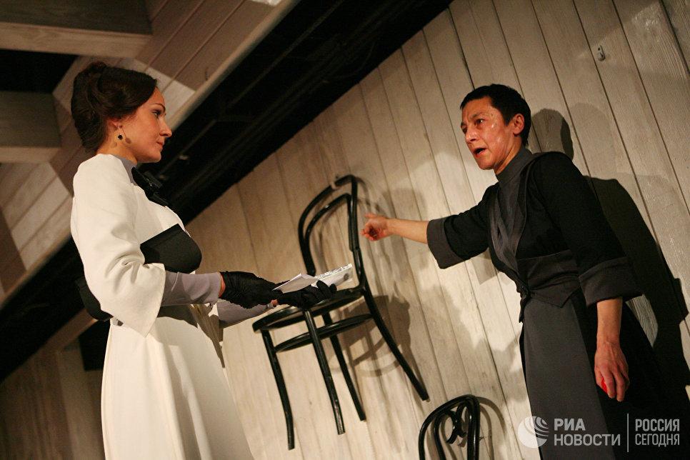 Роза Хайруллина в сцене из спектакля Волки и овцы в театре под руководством О.Табакова