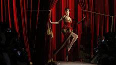 Модель Анна Кливленд на показе Moschino в рамках Недели моды в Милане