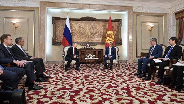 Президент РФ Владимир Путин и президент Киргизии Алмазбек Атамбаев во время встречи в резиденции Ала-Арча в Бишкеке. 28 февраля 2017