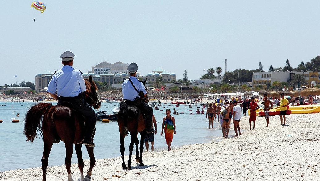 Конная полиция на пляже отеля курорта Эль-Кантауи в Тунисе. Архивное фото