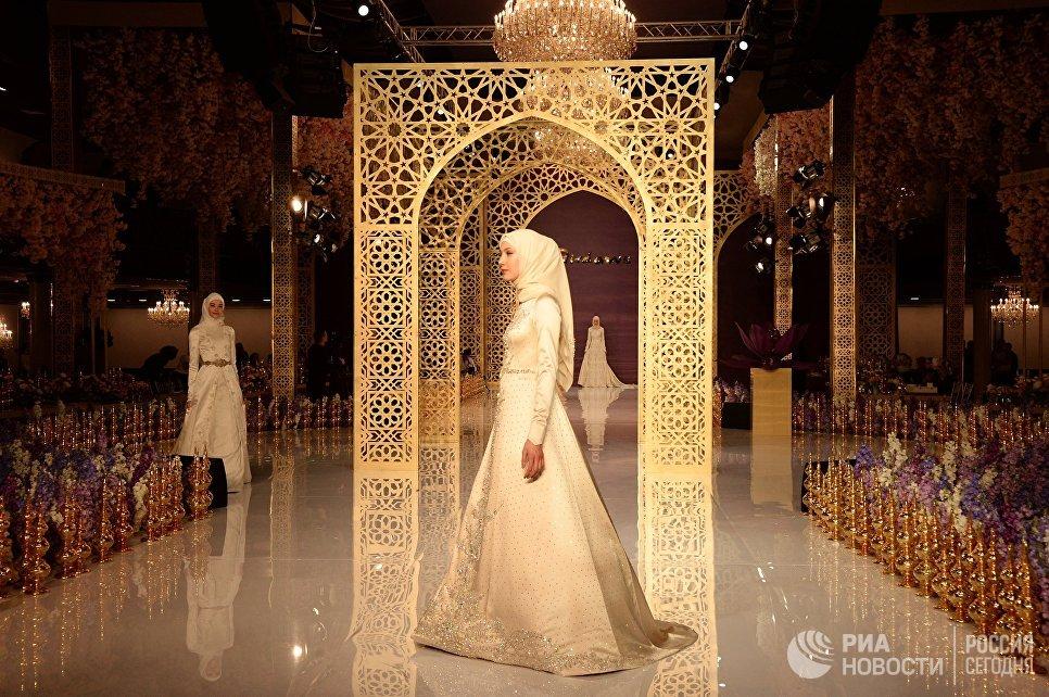 Модель демонстрирует одежду из коллекции главного дизайнера Дома моды Firdaws Айшат Кадыровой в Грозном