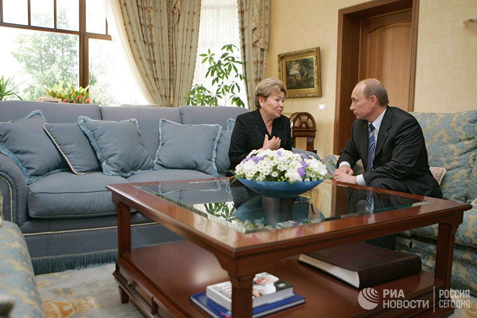 Президент России Владимир Путин посетил в Барвихе вдову Бориса Ельцина Наину Иосифовну по случаю 40 дней со дня смерти первого Президента России