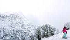 Сноубордист скатывается с горы Чегет. Архивное фото