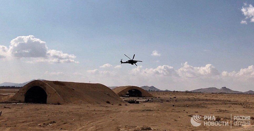 Вертолёт Ми-28 во время облёта гражданского аэропорта в окрестностях Пальмиры в сирийской провинции Хомс
