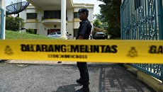 Сотрудник полиции Малайзии у здания посольства КНДР в Куала-Лумпуре. Архивное фото