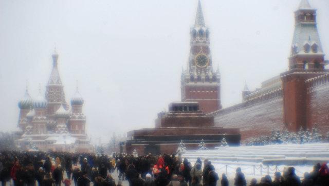 Москвичи и гости столицы на Красной площади зимой. Архивное фото