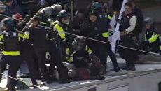 Столкновения между митингующими и полицией в Сеуле. 10 марта 2017 год