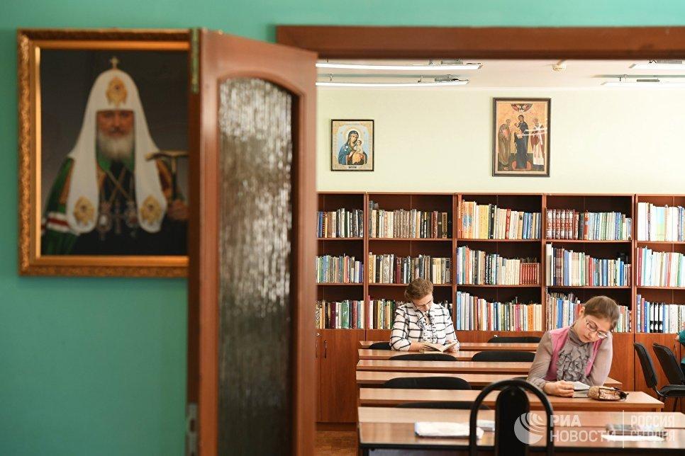 Школьная библиотека монастырского приюта Отрада в Свято-Никольском Черноостровском женском монастыре в городе Малоярославце