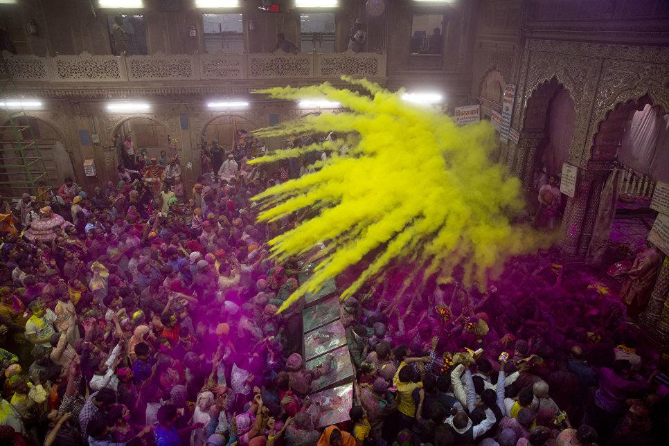Празднование Холи в храме Банке-Бихари во Вриндаване, Индия