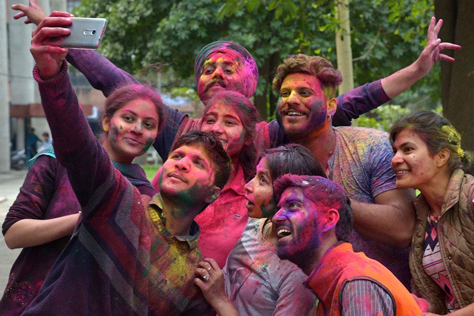 Студенты принимают участие в фестивале Холи в Амритсаре, Индия