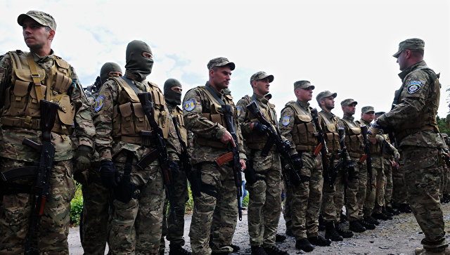 Добровольцы батальона Сич во время отправки в зону вооруженного конфликта на юго-восток Украины