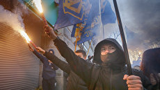 Члены украинской партии Национальный корпус у входа в центральное отделение дочернего предприятия Сбербанка России в Киеве