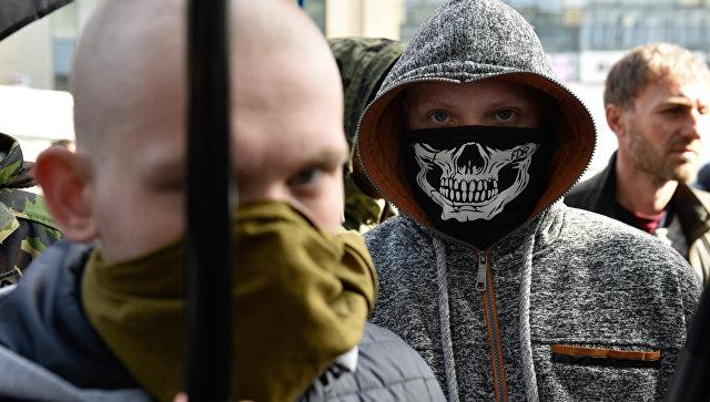 Участники акции у входа в центральное отделение дочернего предприятия Сбербанка России в Киеве. Архивное фото