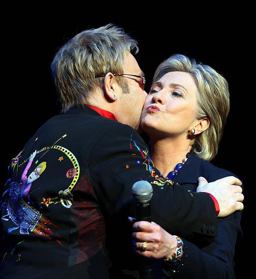 Американский политик, член Демократической партии Хиллари Клинтон и британский музыкант Элтон Джон, 9 апреля 2008