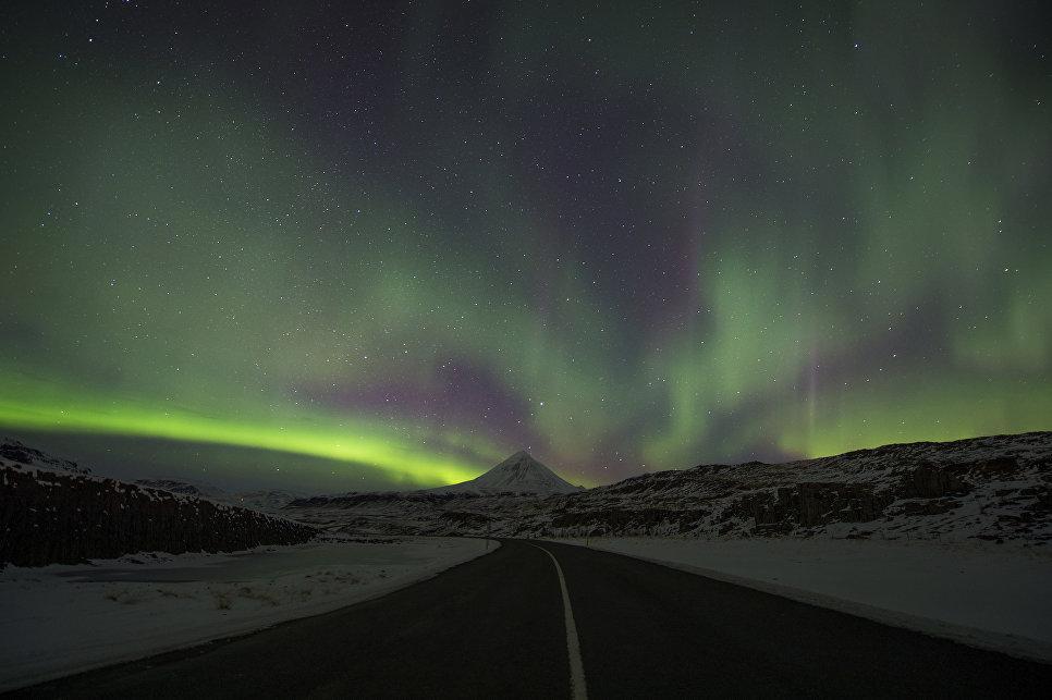 Северное сияние в небе над Бифростом, Западная Исландия