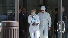 Сотрудники спецслужб у здания МВФ в Париже, где произошел взрыв