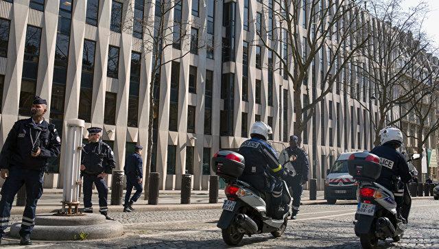 Полицейские у здания МВФ в Париже. Архивное фото