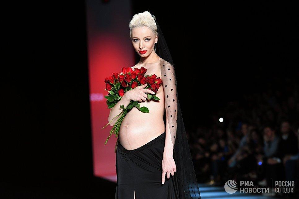 Модель демонстрирует одежду из новой коллекции дизайнера Гоги Никабадзе в рамках Mercedes-Benz Fashion Week Russia