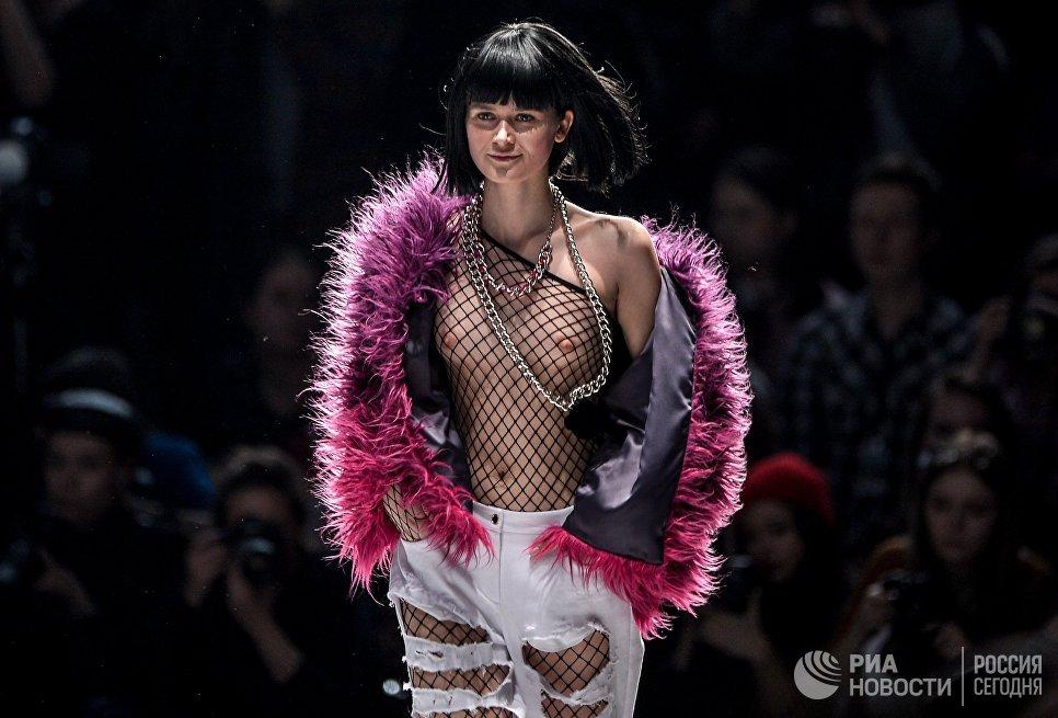 Модель демонстрирует одежду из новой коллекции дизайнера Беллы Потемкиной в рамках Mercedes-Benz Fashion Week Russia