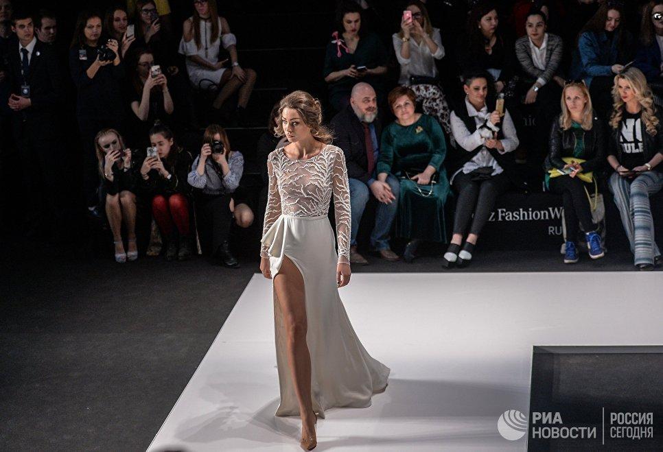 Модель на показе коллекции одежды бренда Speranza Couture дизайнера Надежды Юсуповой в рамках Mercedes-Benz Fashion Week Russia