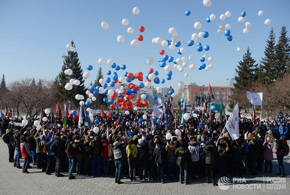 Участники запускают шары на праздничном мероприятии Крымская весна! Мы вместе! в честь третьей годовщины присоединения Крыма с Россией в Новосибирске