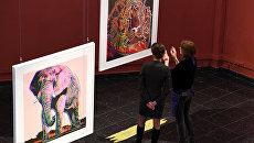 Посетители на открытии выставки Энди Уорхол. Вымирающие виды в Дарвиновском музее в Москве.