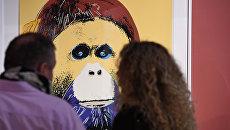 Посетители на открытии выставки Энди Уорхол. Вымирающие виды в Дарвиновском музее в Москве. Архивное фото