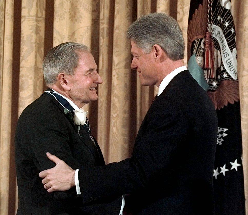 Билл Клинтон вручил Президентскую медаль Свободы американскому миллиардеру Дэвиду Рокфеллеру