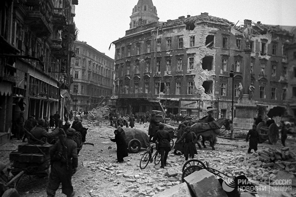 В одном из кварталов освобожденного от фашистов Будапешта, февраль 1945