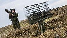 Военнослужащий на учениях ВДВ на полигоне Опук в Крыму. Архивное фото
