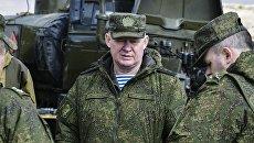 Командующий Воздушно-десантными войсками Андрей Сердюков на учениях в Крыму. Архивное фото