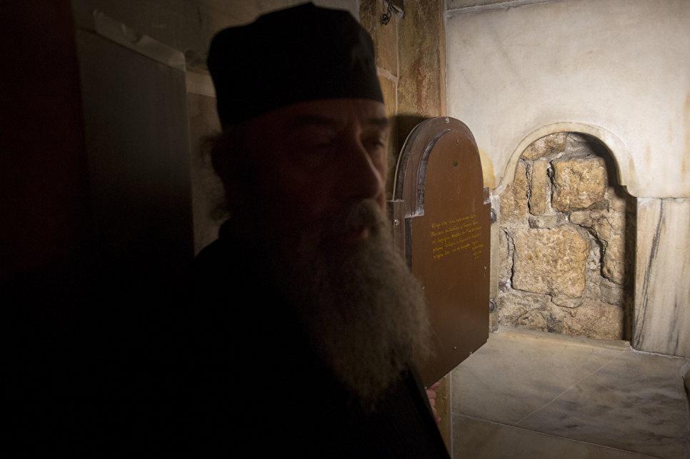 Греческий священник в храме Гроба Господня в Иерусалиме