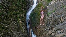 Девушка у Ореховского водопада в Сочинском национальном парке. Архивное фото