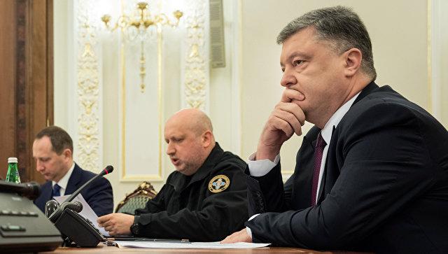 Президент Украины Петр Порошенко и секретарь Совета национальной безопасности и обороны Александр Турчинов во время заседания Совета национальной безопасности и обороны в Киеве. 15 марта 2017 года