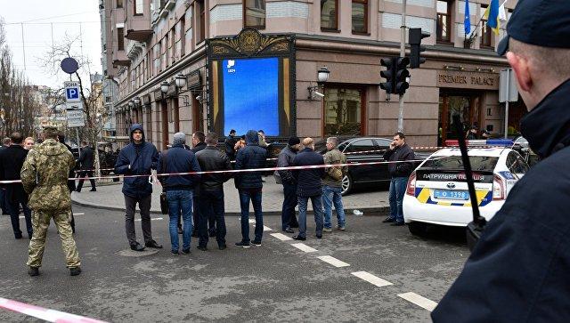 Сотрудники правоохранительных органов на месте убийства бывшего депутата Государственной Думы РФ Дениса Вороненкова в Киеве