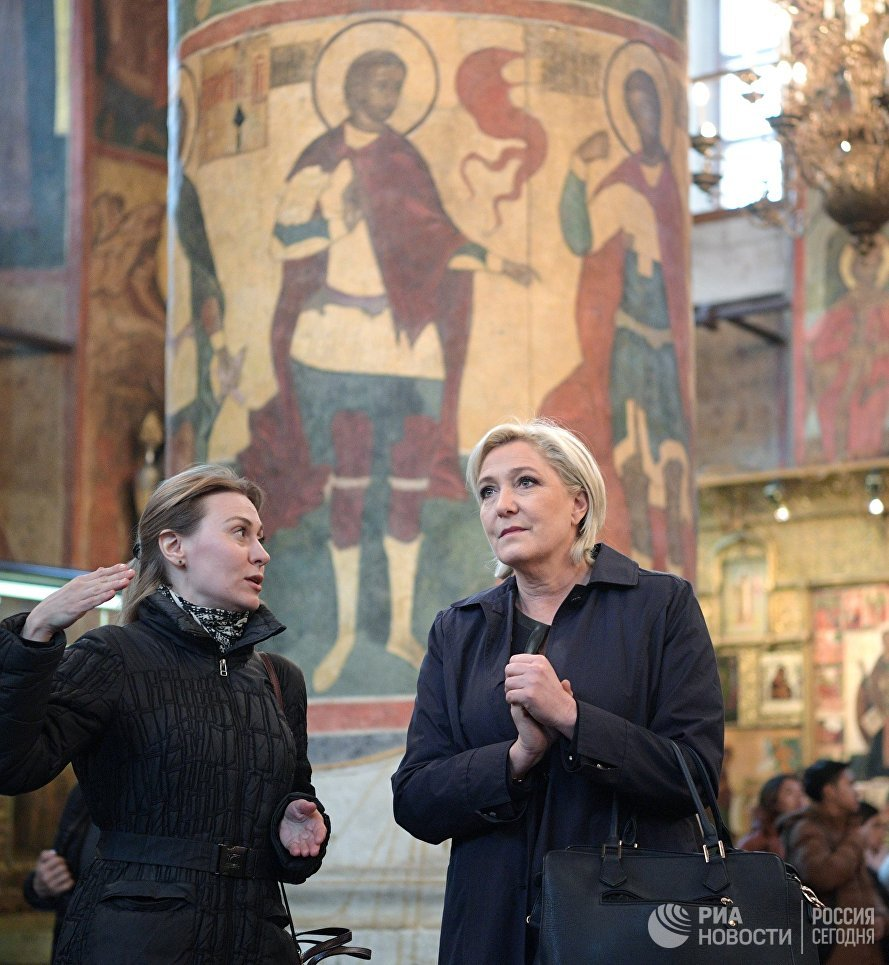 Кандидат в президенты Франции Марин Ле Пен во время осмотра собора на территории Кремля перед встречей с Владимиром Путиным