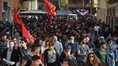Участники митинга против Европейского Союза идут по улице Рима. 25 марта 2017