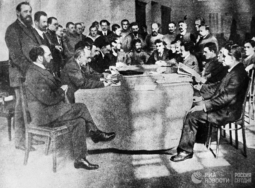 Общий вид зала заседаний исполкома Петроградского Совета рабочих депутатов
