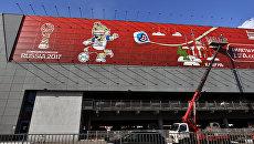Самый большой рекламный плакат с символикой Кубка Конфедераций по футболу 2017 размещен на фасаде терминала Аэроэкспресс в Шереметьево. Архивное фото