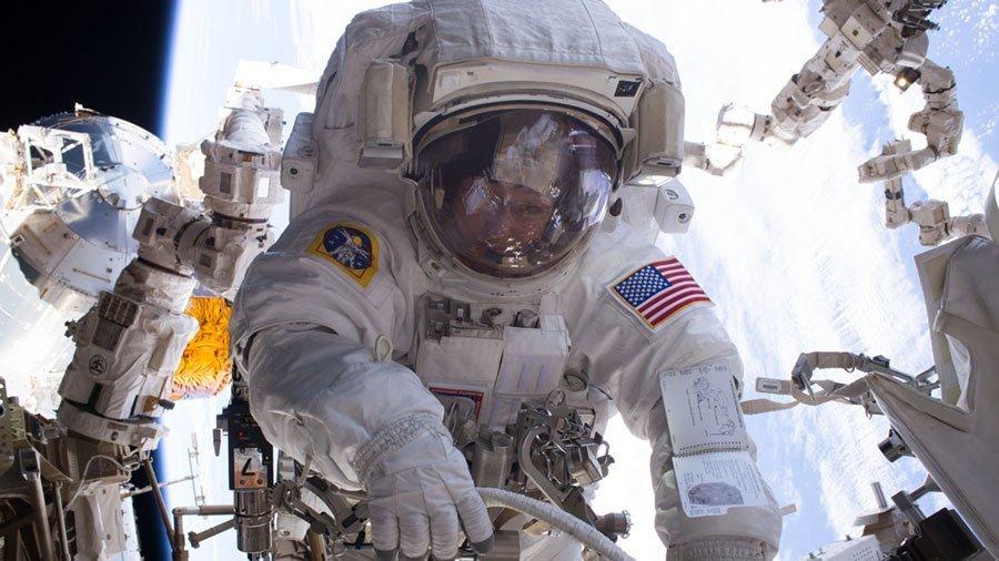 Астронавт НАСА Пегги Уитсон во время выхода в открытый космос. 29 марта 2017