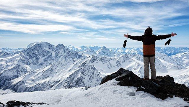 Турист на высоте 4400 метров в горах Эльбруса в Кабардино-Балкарии. Архивное фото