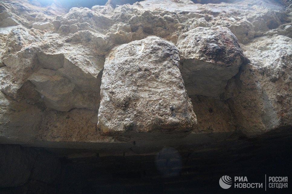 Каменный свод подземной комнаты, обнаруженной археологами у основания Китайгородской стены в Москве