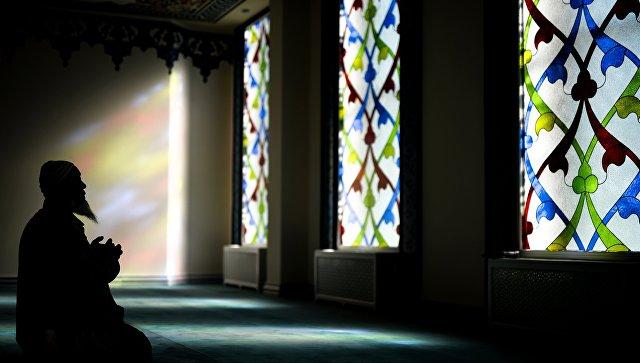 Верующий молится в мечети. Архивное фото