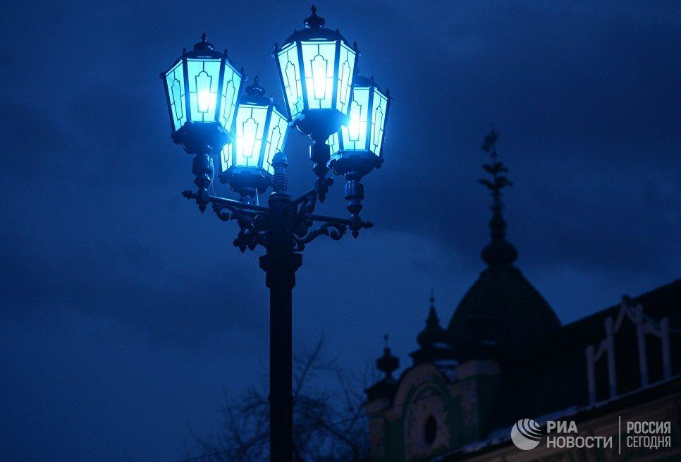 Фонари на пешеходной улице Вайнера в городе Екатеринбурге, горящие синим цветом в рамках международной акции Зажги синим